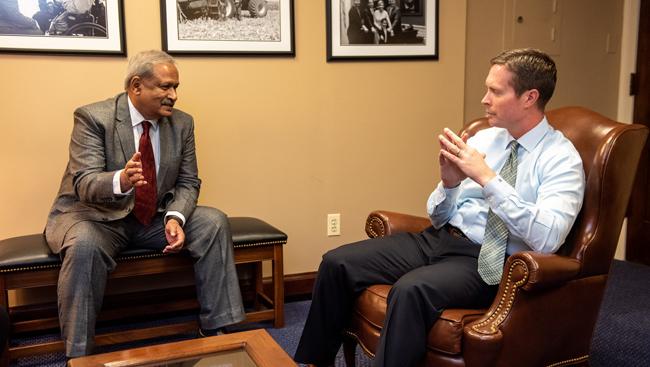 An SfN member talks to US Congressman Rodney Davis at SfN's Capitol Hill Day 2019