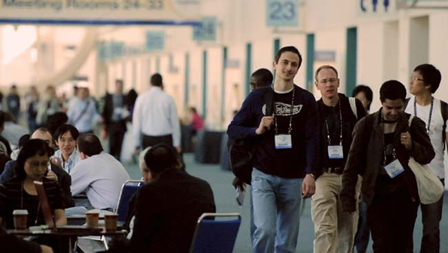 A group of meeting attendees walk to the next session at the SfN annual meeting.